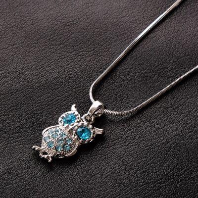 Ezüstszínű női nyaklánc, türkiz színű köves baglyos medállal