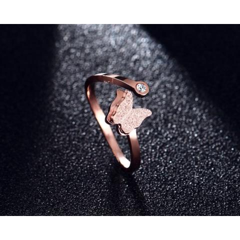 Rózsaarany színű rozsdamentes acélból készült állítható méretű gyűrű Strasszkővel és pillangóval